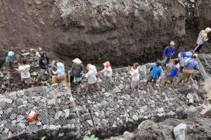 MAGELANG, 27/10 - BRONJONG PENAHAN LAHAR. Sejumlah pekerja mengisi Bronjong penahan banjir lahar Merapi dengan batu di tepi Kali Putih Desa Seloboro, Salam, Magelang, Jateng, Kamis (27/10). Memasuki musim hutan tahun ini BBWS (Balai Besar Wilayah Sungai Serayu-Opak) mempercepat pembangunan Bronjong di titik-titik berbahaya di sejumlah sungai yang berhulu di Gunung Merapi untuk mengantisipasi terjangan banjir lahar hujan. FOTO ANTARA/Anis Efizudin/Koz/mes/11.